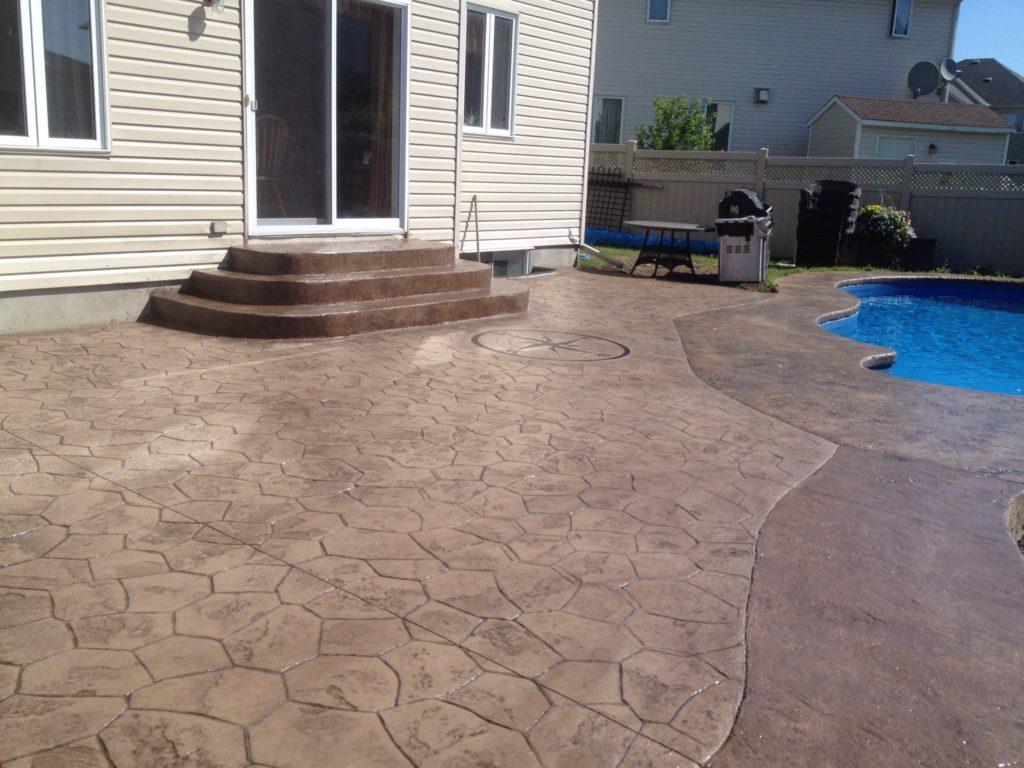contour de piscine avec motifs random stone et textured stone avec escalier sur mesures arondi