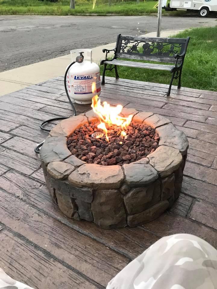 patio avec motif planche de bois et pit de feu au gaz naturel